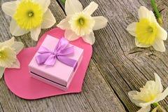 Geschenk mit Herzen und Blumen Lizenzfreie Stockbilder
