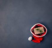 Geschenk mit Kegeln in Sankt-Hut Lizenzfreie Stockbilder