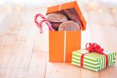 Geschenk mit Lebkuchen auf Holztisch Lizenzfreies Stockbild