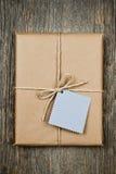 Geschenk mit Marke im braunen Papier Lizenzfreies Stockbild
