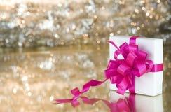Geschenk mit rosafarbenem Farbband Lizenzfreies Stockbild
