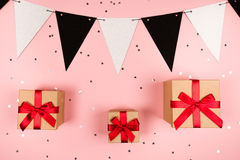 Geschenk mit rotem Bogen auf rosa Hintergrund Lizenzfreie Stockbilder