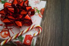 Geschenk mit rotem Bogen und Süßigkeit stockfoto