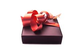 Geschenk mit rotem Farbband Lizenzfreie Stockfotografie