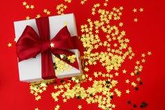 Geschenk mit rotem Farbband Lizenzfreie Stockfotos
