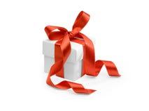 Geschenk mit rotem Farbband Lizenzfreie Stockbilder