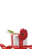 Geschenk mit rotem Farbband und Blume Stockbilder