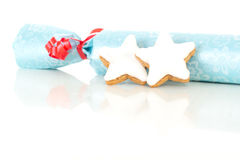 Geschenk mit sternförmigem Zimtkeks Stockbild