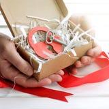 Geschenk mit Symbolen der Liebe Lizenzfreie Stockfotografie