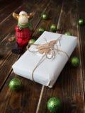 Geschenk mit Weihnachtsbällen und einem Elch Lizenzfreies Stockbild