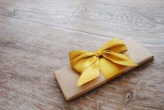Geschenk oder Paket auf einem hölzernen Stockbild