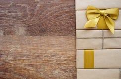 Geschenk oder Paket auf einem hölzernen Lizenzfreies Stockfoto