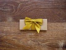 Geschenk oder Paket auf einem hölzernen Stockfoto