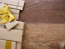 Geschenk oder Paket auf einem hölzernen Lizenzfreie Stockbilder
