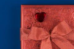 Geschenk oder Präsentkarton in der Farbe der Lebenkoralle für Valentinsgrußtag stockfotografie