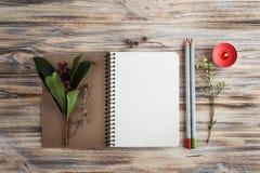 Geschenk, offenes Notizbuch und Blumendekor Lizenzfreies Stockfoto