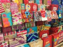 Geschenk-Taschen am Supermarkt-Speicher Stockbilder