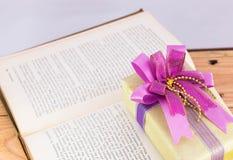 Geschenk und altes Buch Lizenzfreies Stockbild