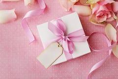 Geschenk und Blumen lizenzfreies stockfoto