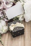 Geschenk und Blumen mit Namensschild Lizenzfreie Stockfotografie