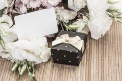 Geschenk und Blumen mit Namensschild Lizenzfreies Stockbild