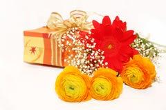 Geschenk- und Blumenblumenstrauß lizenzfreies stockfoto