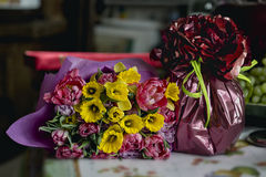 Geschenk und ein Blumenstrauß Stockfoto