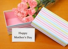 Geschenk und Gartennelke zur Mama stockfoto