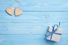 Geschenk und Herz auf blauem Hintergrund Stockbilder