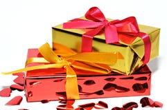 Geschenk und Herzen auf Hintergrund, Valentinsgrußtag Lizenzfreie Stockfotos
