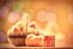 Geschenk und Kürbis nahe Korb Stockfoto