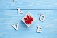 Geschenk und Liebe auf blauem Hintergrund Stockbilder