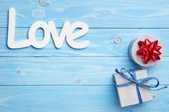 Geschenk und Liebe auf blauem Hintergrund Stockfotografie