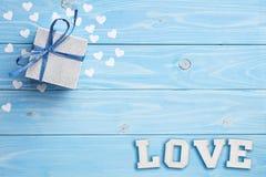 Geschenk und Liebe auf blauem Hintergrund Stockbild