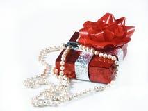 Geschenk und Perlen Stockfotografie