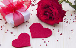 Geschenk und Rose Stockbild