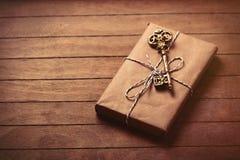 Geschenk und Schlüssel lizenzfreie stockfotografie