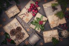Geschenk und Stechpalme Stockfotos