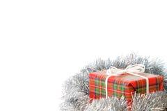 Geschenk und Stechpalme Eingewickeltes Geschenk Lizenzfreies Stockfoto