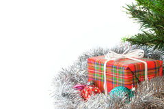 Geschenk und Stechpalme Eingewickeltes Geschenk Getrennt Lizenzfreies Stockbild