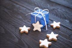 Geschenk und sternförmige Plätzchen Stockbilder