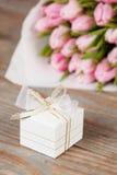 Geschenk und Tulpen Lizenzfreie Stockfotos