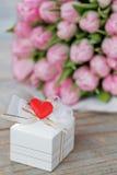 Geschenk und Tulpen Stockbild