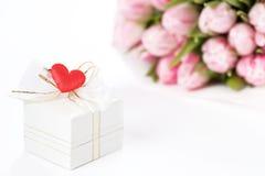 Geschenk und Tulpen Lizenzfreies Stockfoto