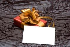 Geschenk und weiße Karte Lizenzfreie Stockfotos