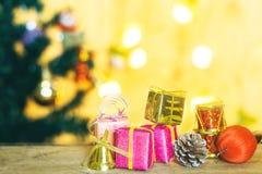 Geschenk- und Weihnachtsdekorationen Lizenzfreies Stockfoto