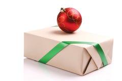 Geschenk- und Weihnachtskugel Lizenzfreies Stockbild