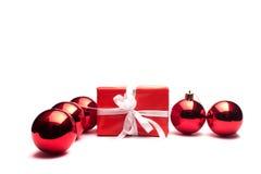 Geschenk- und Weihnachtskugeln Stockbild