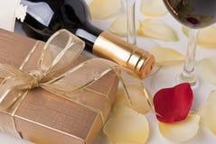 Geschenk und Wein Stockbild