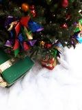 Geschenk unter Baum Stockbilder